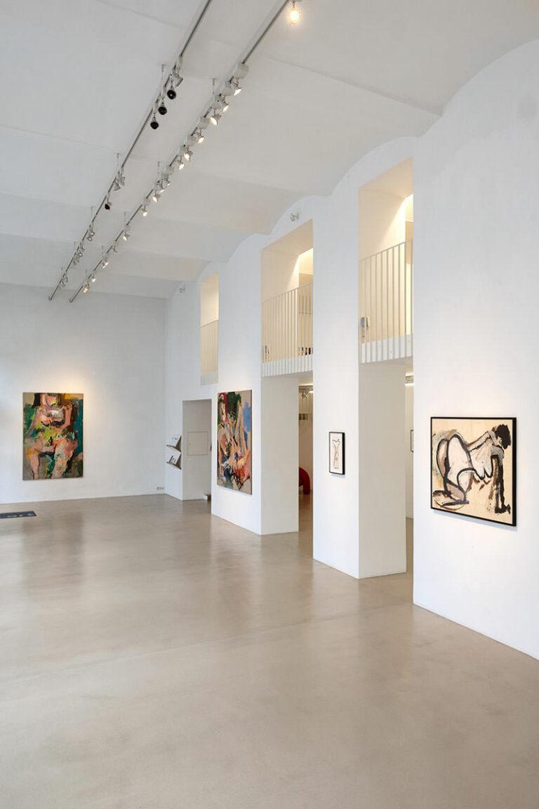 EInblick in Galerie ZSart, hoher Raum mit 4 Bildern an den Pfeilern